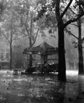 Robert Doisneau - Le manège de Monsieur Barré, Paris 1954